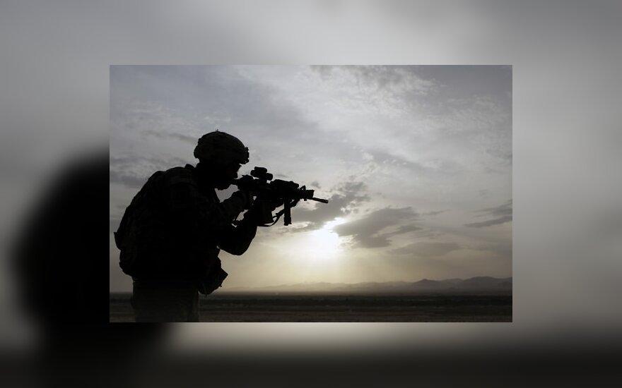 JAV karys netoli Kandaharo (Afganistanas) žvelgia pro savo taikiklio optiką