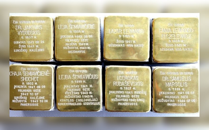 """Vilniaus Senamiesčio grindiniuose holokausto aukas įamžino """"Atminimo akmenys"""""""