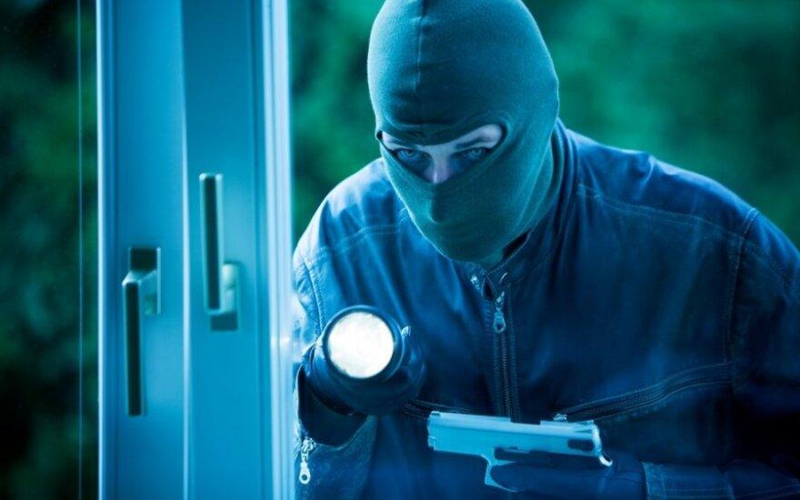 Į kauniečio namus įsibrovę kaukėti banditai šeimininką surišo ir grasino užmušti