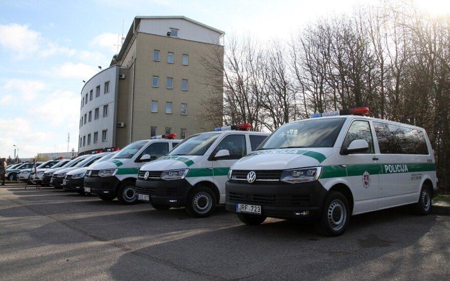 Kauno apskrities policijos pareigūnai džiaugiasi naujais automobiliais