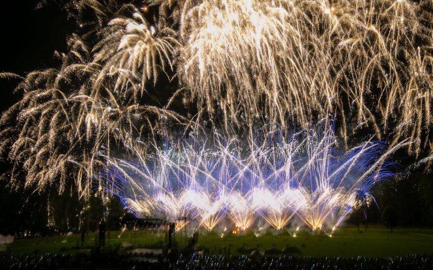 """Šįvakar sostinės padangė nusidažė ryškiausiomis spalvomis: Vingio parke vyko tryliktoji """"Vilniaus fejerija"""""""
