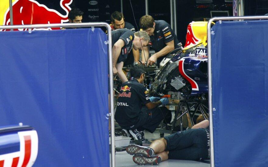 """""""Red Bull"""" komandos inžinieriai dirba prie automobilio variklio"""