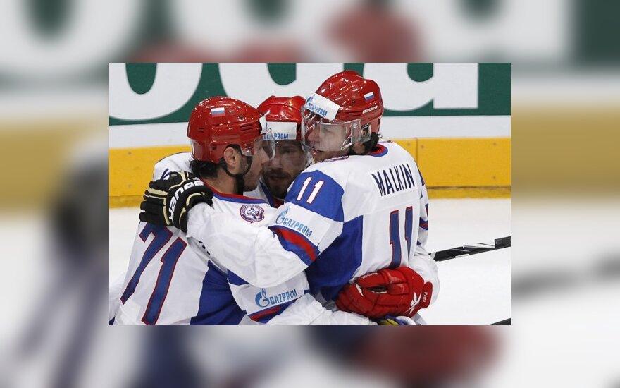 P.Daciuką (centre) sveikina komandos draugai