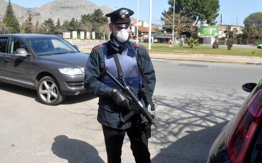 Italijos merai įsijautė: karantino pažeidėjų gaudymo būdai ir bausmės traukia viso pasaulio dėmesį