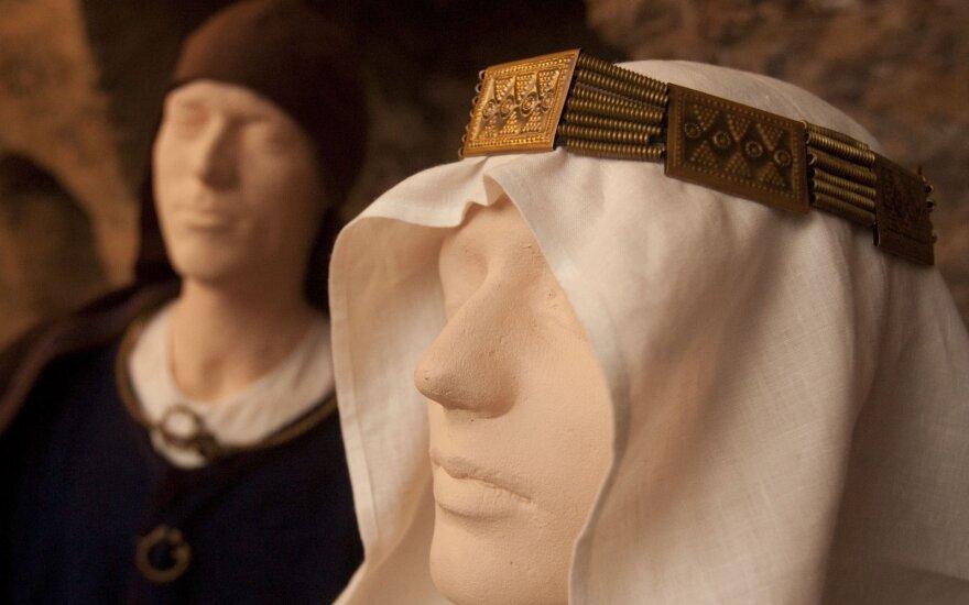 Kauno miesto muziejaus padalinyje - paroda, skirta tautinio kostiumo interpretacijai