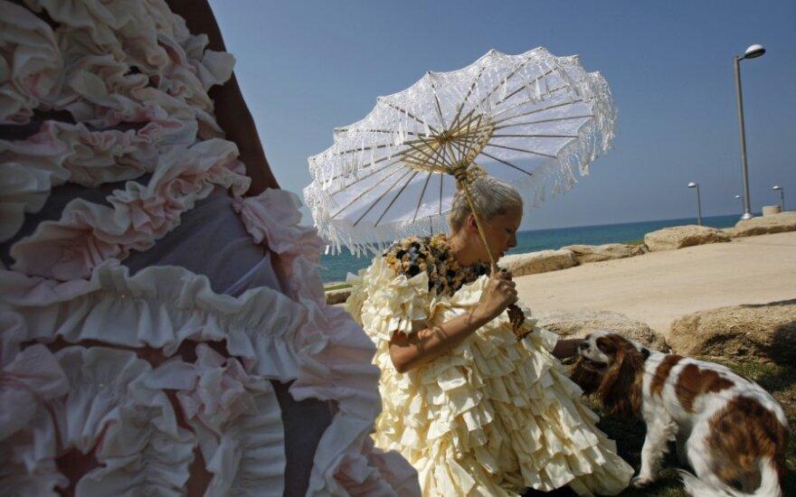 Modeliai demonstruoja vestuvines sukneles iš tualetinio popieriaus