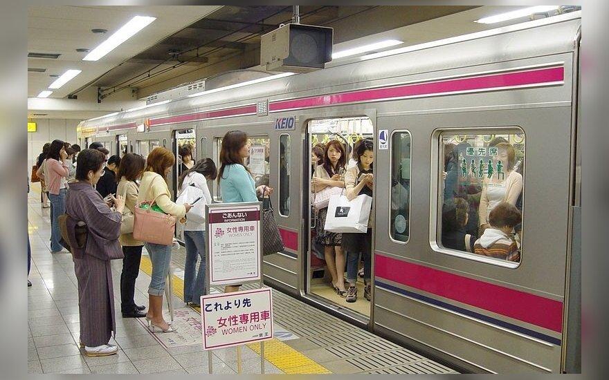 Moterims skirtas vagonas Tokijo metro
