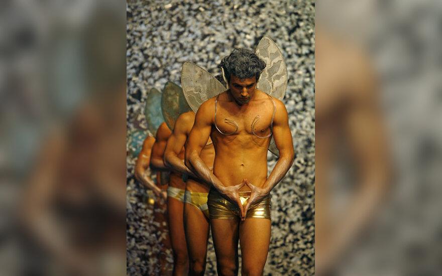 Modeliai demonstruoja romunės dizainerės Catalinos Botezatu vyriško apatinio trikotažo kolekciją.