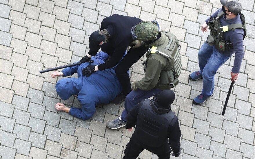 """""""Viasna"""": Baltarusijoje politizuotose bylose vasarį buvo nuteisti per 100 asmenų"""