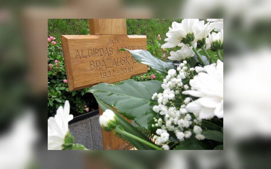 Žvakutės prie A.Brazausko kapo negęsta