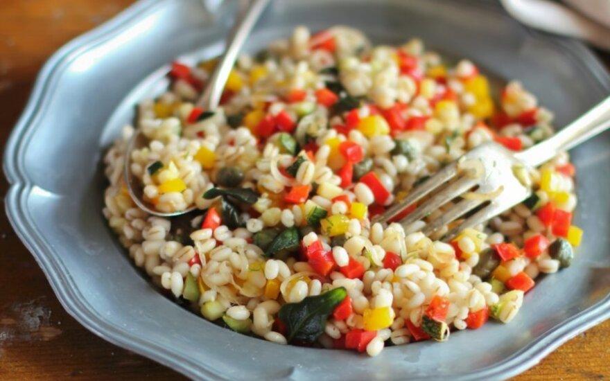 Šiltos itališkos perlinių kruopų salotos