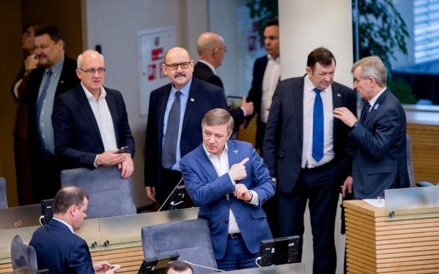 Ramūnas Karbauskis Seimo narių apsuptyje