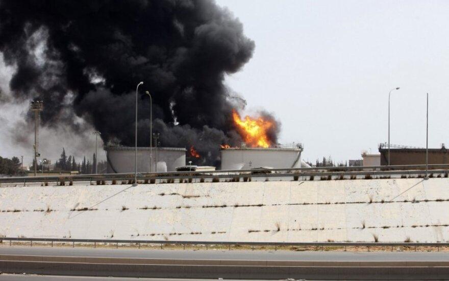 Libijos islamistai užėmė svarbią armijos bazę Bengazyje, tebesiaučiant gaisrui Tripolyje