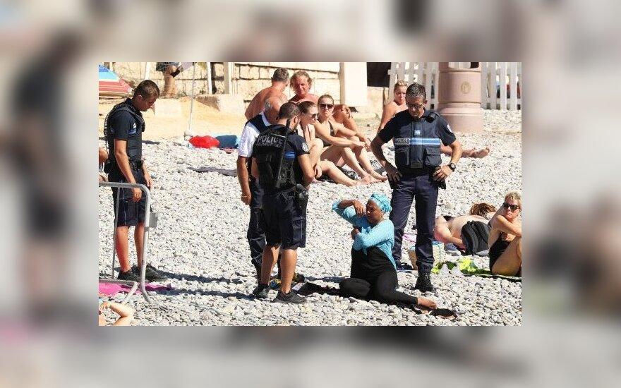 Prancūzijos vidaus reikalų ministras smerkia burkinių draudimą