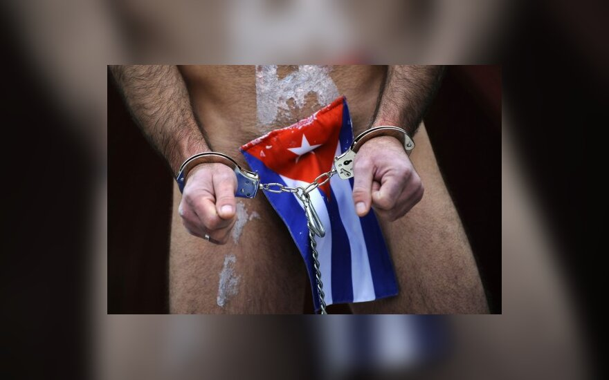 """Prie ES biuro Madride išsirengęs protestavo organizacijos """"Demokratiška Kuba dabar"""" narys."""