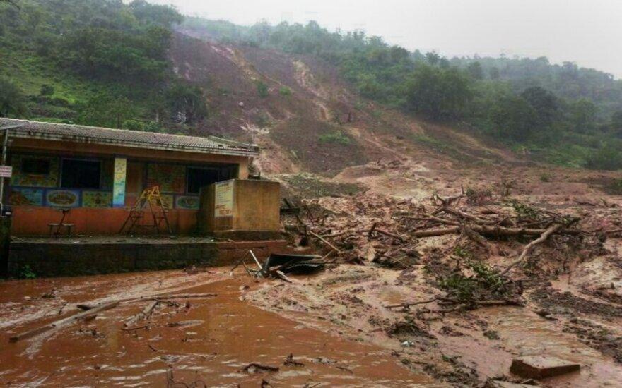 Indijoje nuslinkusi žemės nuolauža tikriausiai užgriuvo apie 150 žmonių