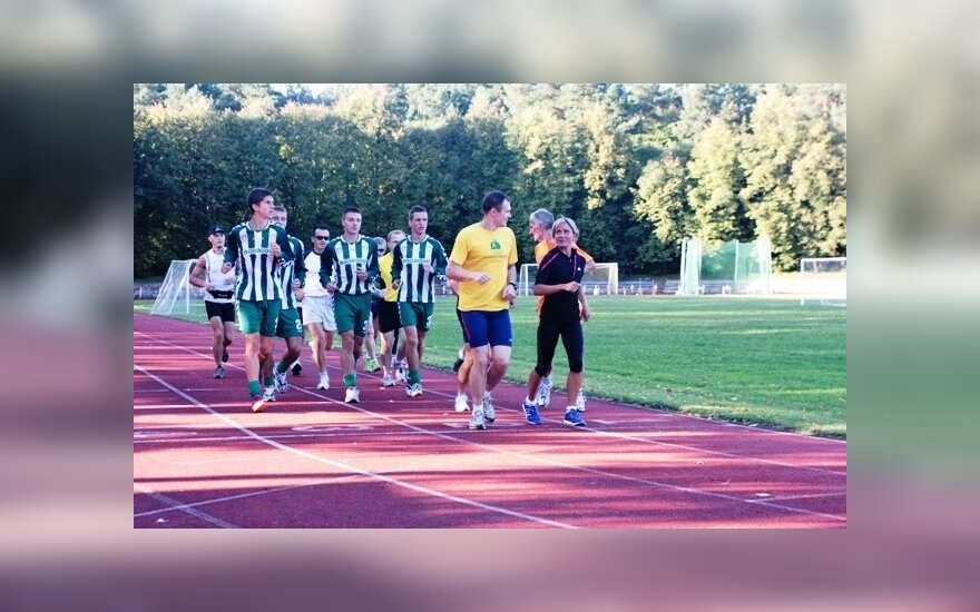 """Živilė Balčiūnaitė ir """"Žalgirio"""" futbolininkai Vingio parko stadione"""