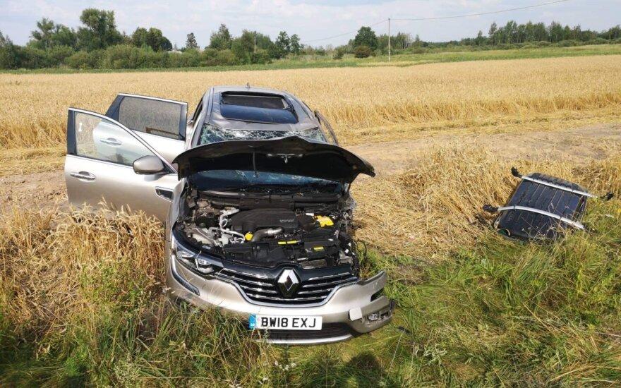 """Klaipėdos r. po susidūrimo su """"VW Polo"""" visureigis nulėkė nuo kelio: sužaloti žmonės, visiškai sudaužytos mašinos"""