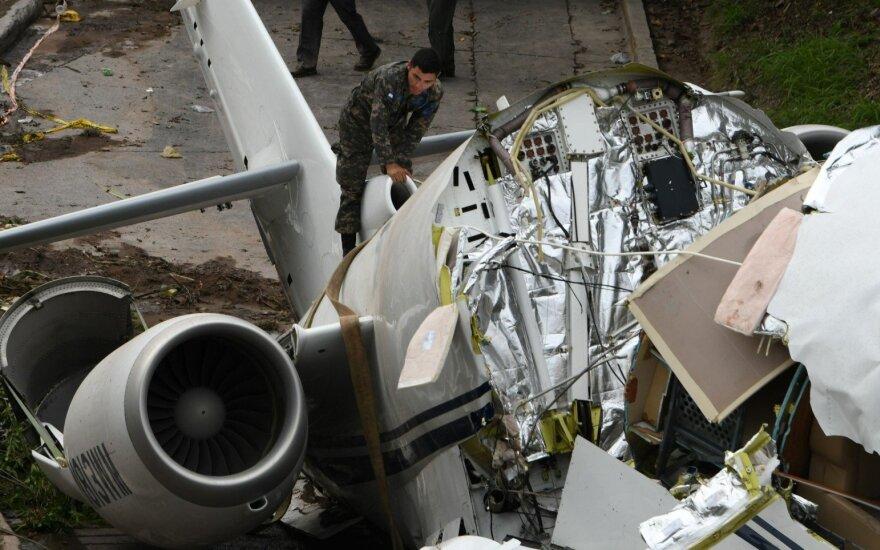 Viename klastingiausių pasaulyje oro uostų lėktuvas perlūžo pusiau