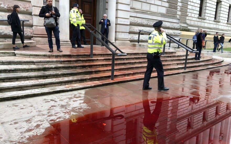 Aplinkosaugos aktyvistai aptaškė JK finansų ministeriją netikru krauju