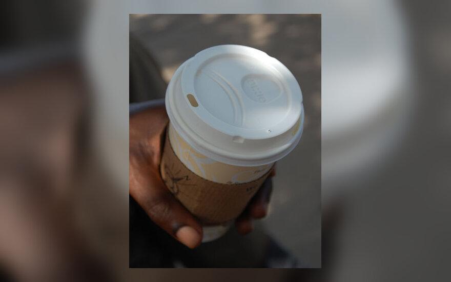Vienkartinis kavos puodelis, ranka