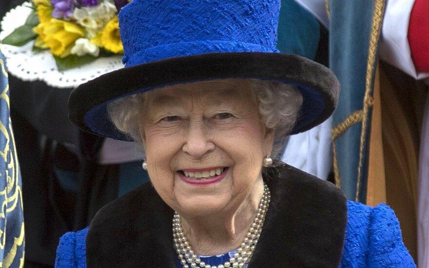 Gedulo rūbai, tualetinis popierius ir kraujo atsargos: ką dar keisto į visas keliones vežasi karalienė Elžbieta II?