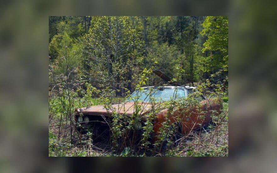 Automobilių-vaiduoklių šeimininkai su kledarais atsisveikina nenoriai