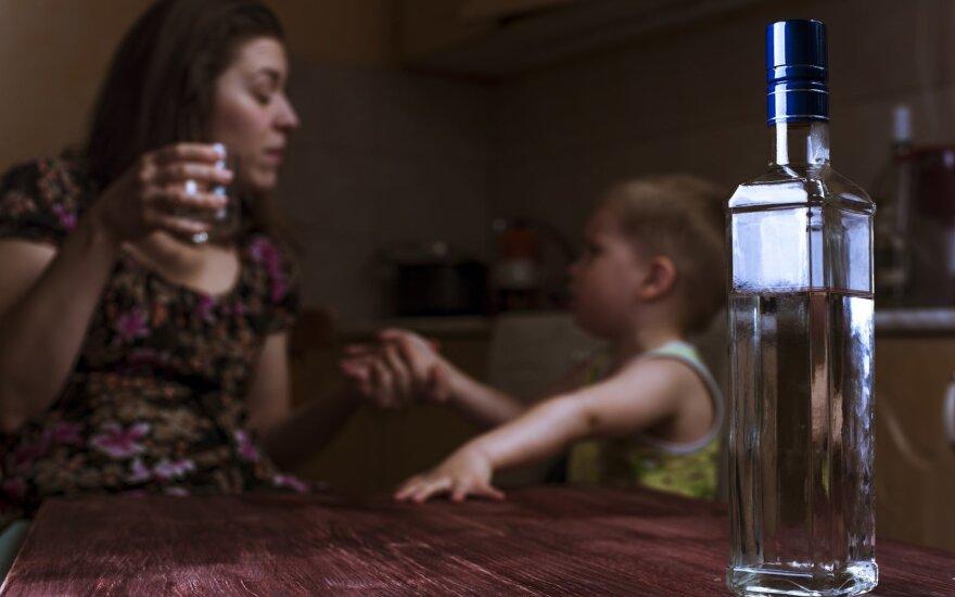 """Buvusi alkoholikė atvirai papasakojo, kas yra """"išvirkščias alkoholizmas"""": tai gyvenimas nuolatinėje baimėje"""