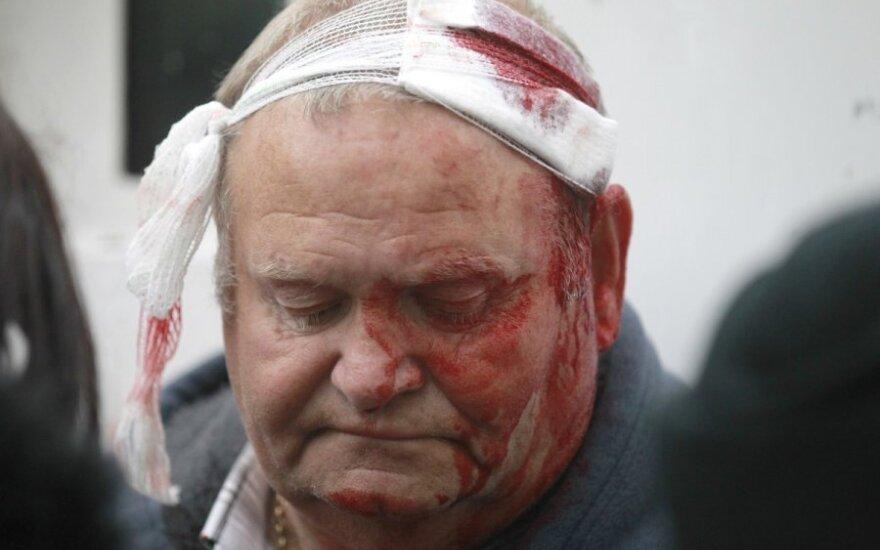 Belfaste policija šaudė plastikinėmis kulkomis ir vandens patranka vaikė minią