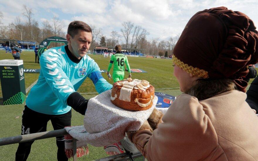 Prieš rungtynes Slucko klubo kapitonui Barysui Pankratavui buvo įteiktas pyragas