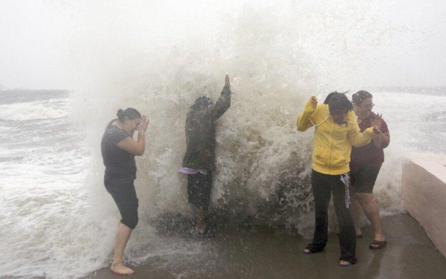 """Uraganas """"Cristina"""": vėjo greitis jau siekia 120 km/h"""