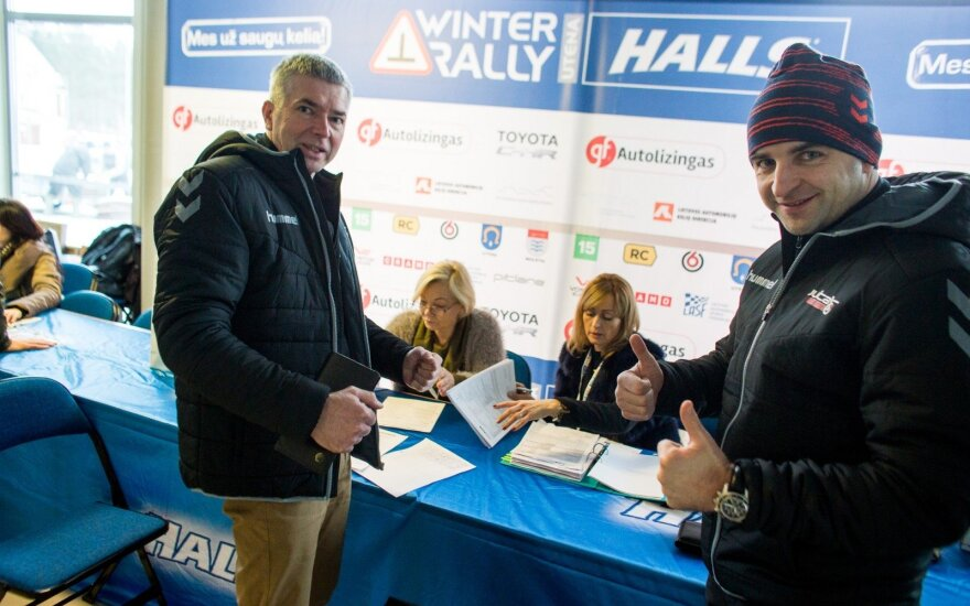 """Vytautas Švedas (dešinėje) ir Žilvinas Sakalauskas """"Halls Winter Rally"""" administracinei komisijai pateikė visus reikiamus dokumentus"""