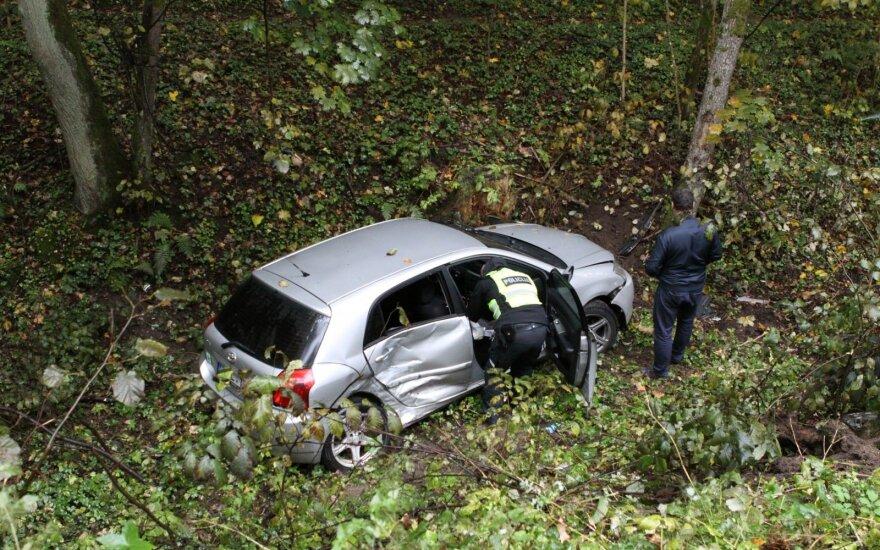 Avarija Vilniuje: nublokštas merginų automobilis nulėkė nuo šlaito į mišką