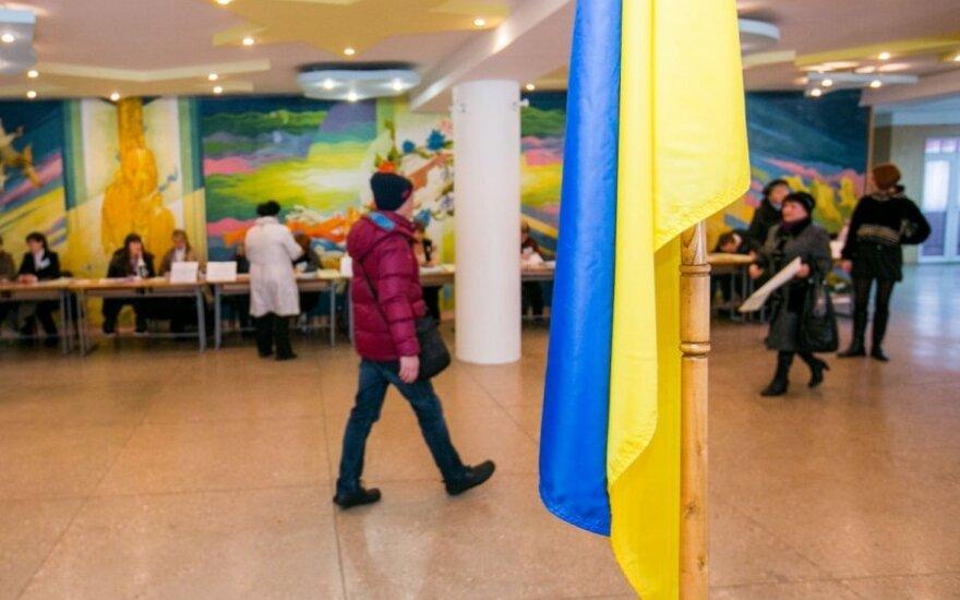 """Balsavusių rinkėjų apklausa: pergalė žadama P. Porošenkos blokui ir """"Liaudies frontui"""""""