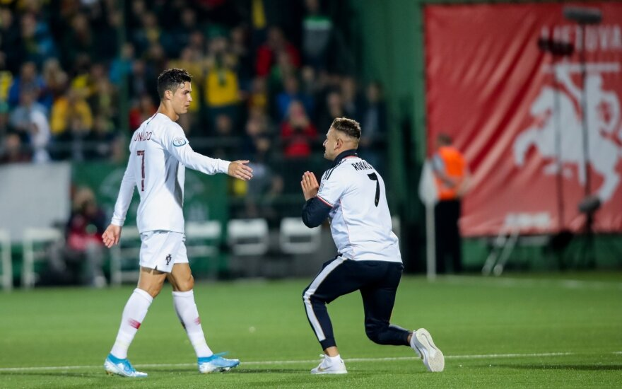 Į aikštę išbėgęs sirgalius klaupėsi prieš Ronaldo ant kelių