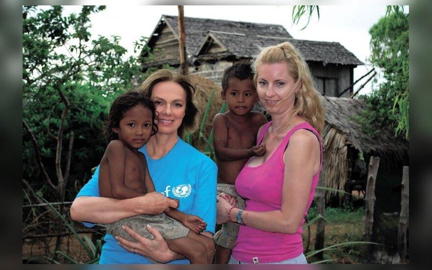 V.Kochanskytė ir J.Majauskaitė su Kambodžos vaikais