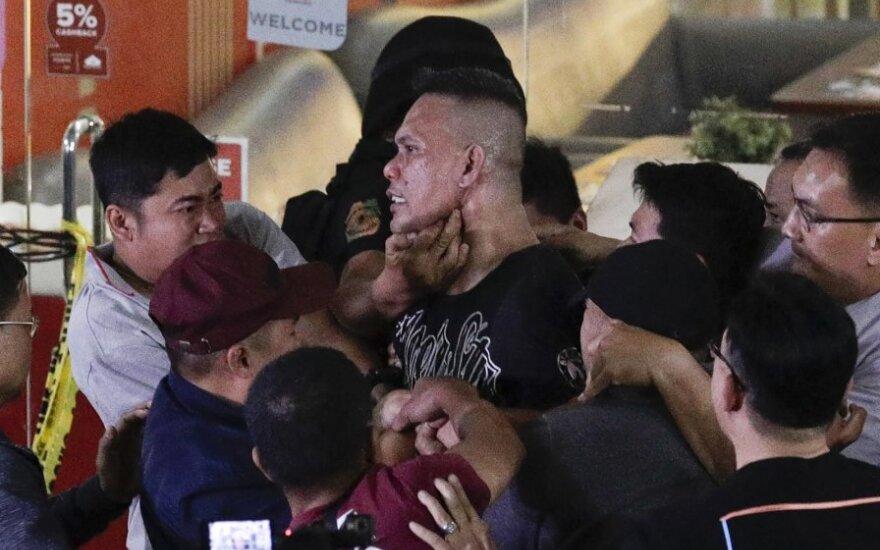 Filipinų policija išveda įkaitus Maniloje paėmusį vyrą