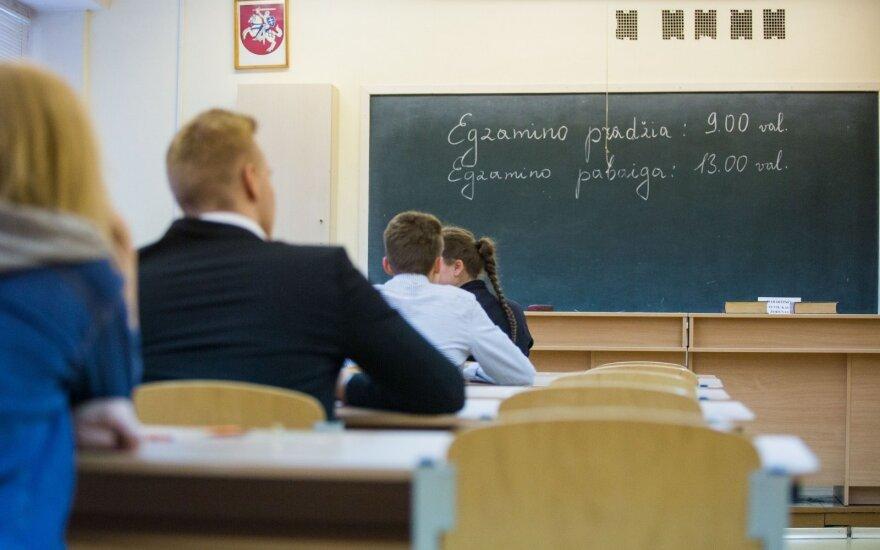 Matematikę nustebino lietuvių kalbos egzamino rezultatai: kodėl vidutiniokai gauna didesnius balus?