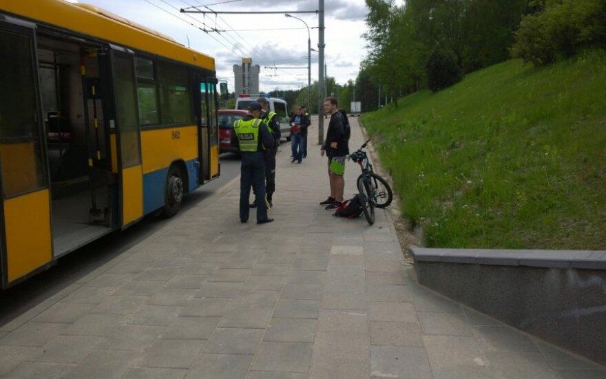 Vilniuje dviratininkas partrenkė iš autobuso išlipantį žmogų