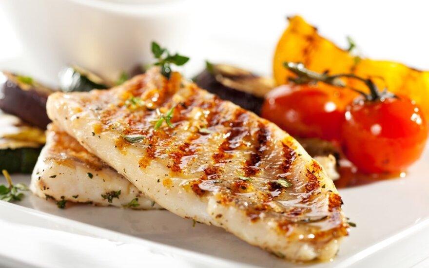 Grilyje kepta žuvis su daržovėmis