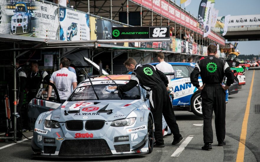 """Rytinėse penktadienio """"Aurum 1006 km lenktynių"""" treniruotėse greičiausi – BMW ir """"Porsche"""""""