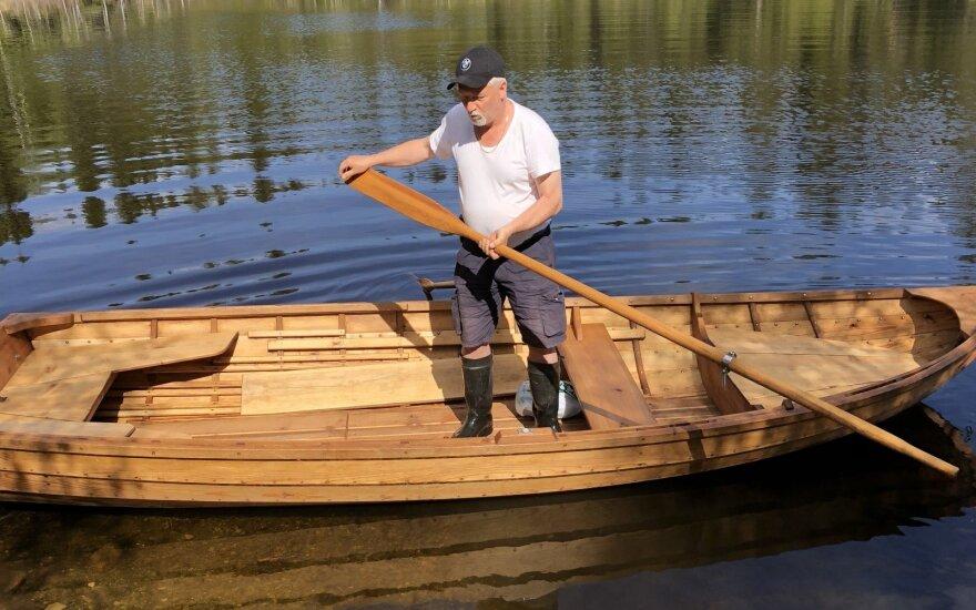 Rankų darbo medinė valtis