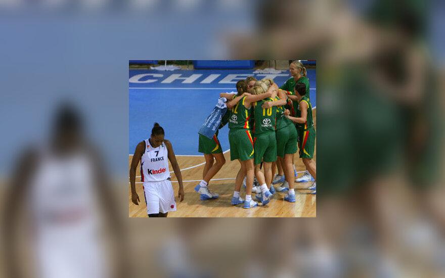 Lietuvos moterų krepšinio rinktinės žaidėjos džiaugiasi pergale prieš Prancūziją