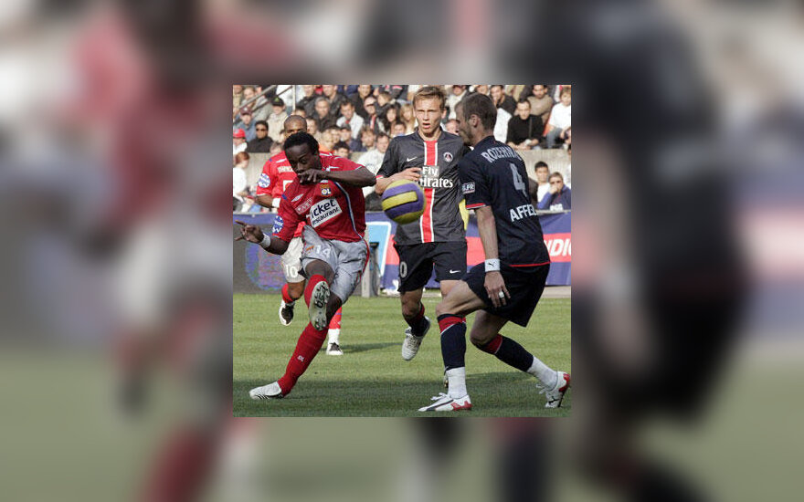 """Sidney Govou (""""Olympique Lyonnais"""") muša į """"PSG"""" vartus"""