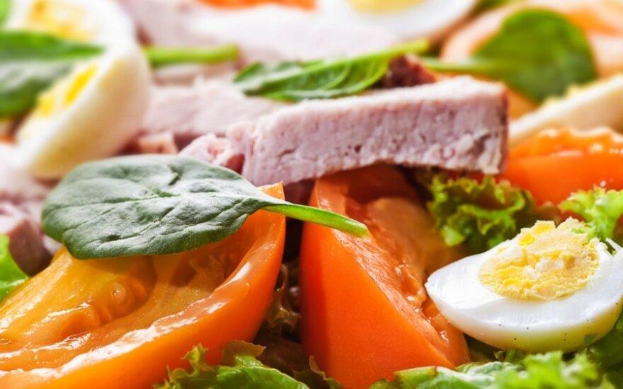 Salotos su antiena, sūriu ir putpelių kiaušiniais