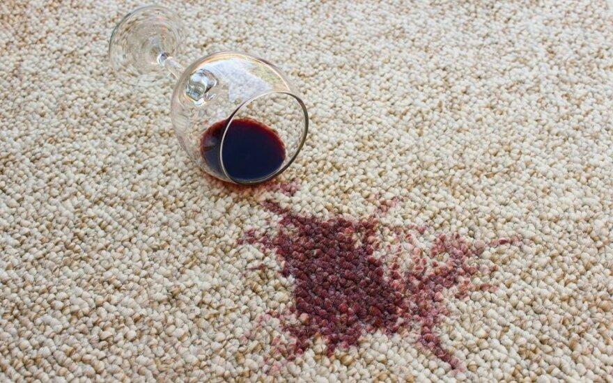 Lengvas būdas pašalinti po švenčių likusias raudonojo vyno dėmes