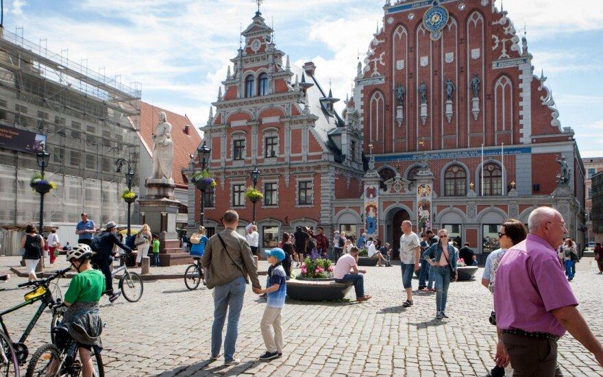 Vidutinis atlyginamas Latvijoje perkopė 1000 eurų