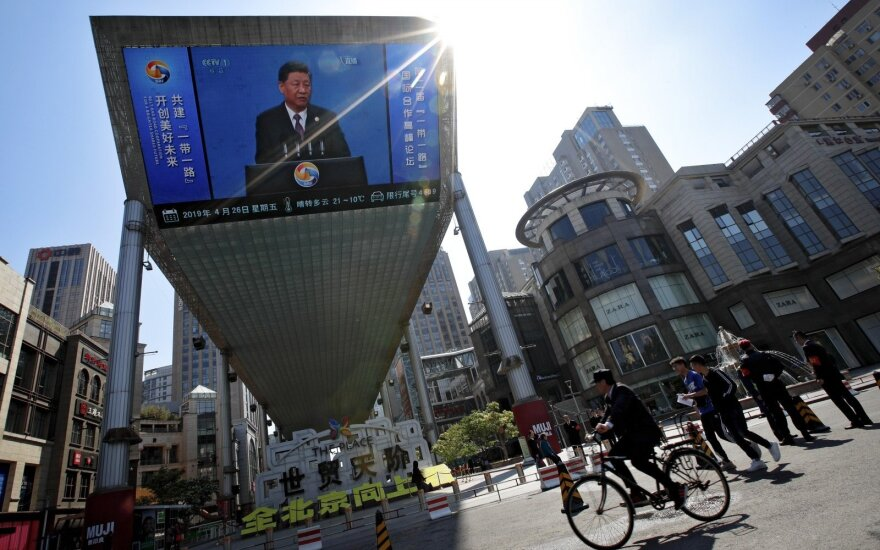Ambicingas Kinijos projektas jau pridarė bėdų, Xi Jinpingas teisinasi