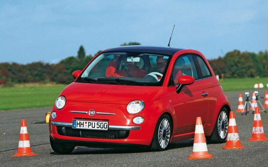 """Net ir pilnutėlis """"Fiat 500"""" lengvai įveikia bandymų trasą"""