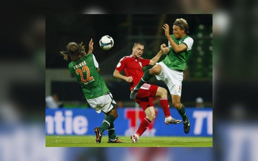 "Torstenas Fringsas ir Clemensas Fritzas (""Werder"") kovoja su Maratu Chajrulimu (""Aktobe"")"